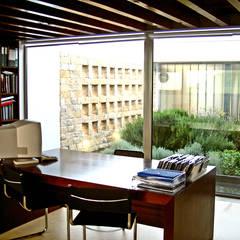 Escritório: Escritórios e Espaços de trabalho  por Santos Delgado Arquitectura & Design