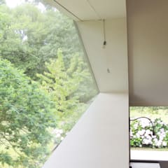 Casa mirando a los árboles: Ventanas de estilo  de MG arquitectos