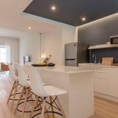 Apartamento T2 - Azul escuro: Hotéis  por IN PACTO