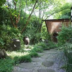 Jardines en la fachada de estilo  por 株式会社高野設計工房