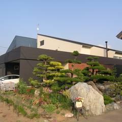 レンガ: アウラ建築設計事務所が手掛けた一戸建て住宅です。