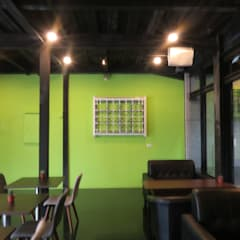 白窗花綠牆面:  餐廳 by 迷藏設計
