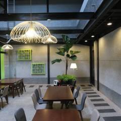 挑高用餐空間:  餐廳 by 迷藏設計