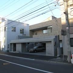 中央区のガレージハウス: アウラ建築設計事務所が手掛けた一戸建て住宅です。