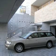 Garajes abiertos de estilo  por アウラ建築設計事務所