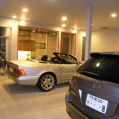 Garagens duplas  por アウラ建築設計事務所
