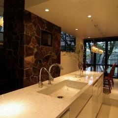 屋上庭園のある都会のオアシス・世田谷: Sデザイン設計一級建築士事務所が手掛けたキッチンです。,