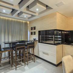 Living integrado - churrasqueira: Salas de jantar ecléticas por PANORAMA Arquitetura & Interiores