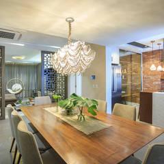 Living integrado - Sala de jantar, cozinha e sala de estar: Salas de jantar ecléticas por PANORAMA Arquitetura & Interiores