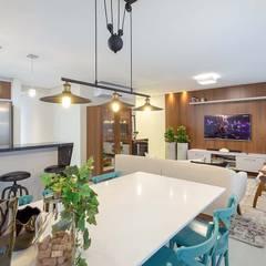 Living integrado - sala de estar, sala de jantar e cozinha: Salas de jantar ecléticas por PANORAMA Arquitetura & Interiores