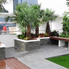 Jardines de piedras de estilo  por Tukang Taman Surabaya - Alam Asri Landscape