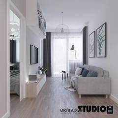 przytulny salonik: styl , w kategorii Salon zaprojektowany przez MIKOŁAJSKAstudio