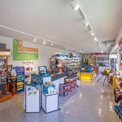 SYRIO S.R.L. EDIFICIO COMMERCIALE IN BERGAMO (2017): Spazi commerciali in stile  di ROTAworkshop di Silvia Rota