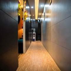 Vibe Art:  Corridor & hallway by M.U Interiors