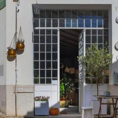 Estudios y oficinas de estilo rústico por amacau lda
