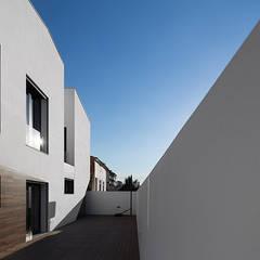 Mehrfamilienhaus von A2+ ARQUITECTOS