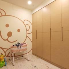 Chambre bébé de style  par 青築制作