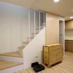 Escaleras de estilo  por 青築制作, Minimalista