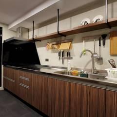 不拖泥帶水的寧靜感住所:  廚房 by 青築制作