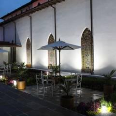 Пруд в саду в . Автор – Omar Interior Designer  Empresa de  Diseño Interior, remodelacion, Cocinas integrales, Decoración, Колониальный Кирпичи