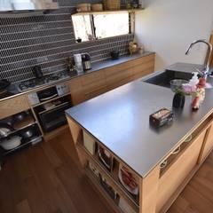 セパレートキッチン全景: 注文家具屋 フリーハンドイマイが手掛けたキッチンです。