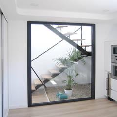 REFORMA INTEGRAL VIVIENDA TURMALINA: Escaleras de estilo  de Loft 26