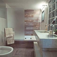 Proyecto Peña: Baños de estilo  por Estudio Equilibrio