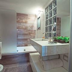 Proyecto Peña: Baños de estilo moderno por Estudio Equilibrio