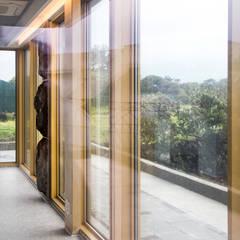 1층세대 거실: 에이오에이 아키텍츠 건축사사무소 (aoa architects)의  거실