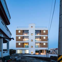 초저녁 정면: 에이오에이 아키텍츠 건축사사무소 (aoa architects)의  다가구 주택