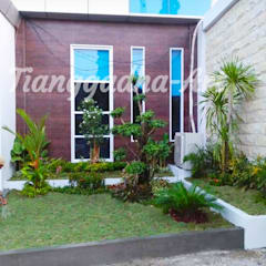 Taman Mungil Untuk Lahan Terbatas - Tukang Taman Tianggadha-Art: Halaman depan oleh Tukang Taman Surabaya - Tianggadha-art,