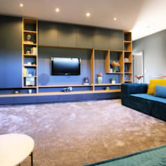 VCC Estate:  Living room by JSD Interiors