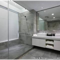 紓壓養身 深厚底蘊簡約休閒宅:  浴室 by 木博士團隊/動念室內設計制作,