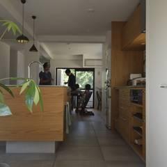 「通り土間の家」のキッチン: 注文家具屋 フリーハンドイマイが手掛けたキッチン収納です。,オリジナル 木 木目調