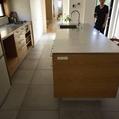 キッチン全体が浮いている印象に: 注文家具屋 フリーハンドイマイが手掛けたキッチンです。