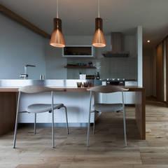 鴨方の家: アークス建築デザイン事務所が手掛けたシステムキッチンです。