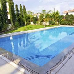 Piscinas en chalets y urbanizaciones en Málaga: Piscinas de jardín de estilo  de Klausroom