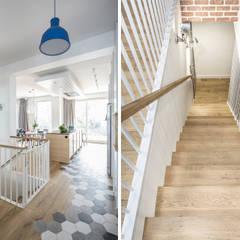 Apartament dwa poziomy: styl , w kategorii Schody zaprojektowany przez Complete Home