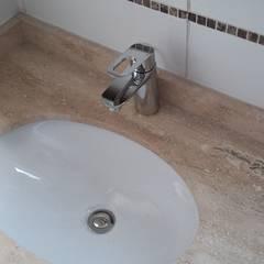 CASA ESTEVEZ: Baños de estilo minimalista por AOG