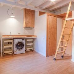 Cocina del apartamento: Cocinas integrales de estilo  de LaBoqueria Taller d'Arquitectura i Disseny Industrial