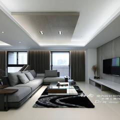 冷暖沉靜 休閒況味度假宅邸:  客廳 by 木博士團隊/動念室內設計制作