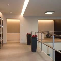 : Corredores e halls de entrada  por Design Studio Yuriy Zimenko