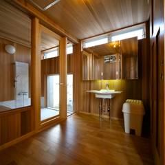 洗面脱衣室: 株式会社高野設計工房が手掛けた浴室です。