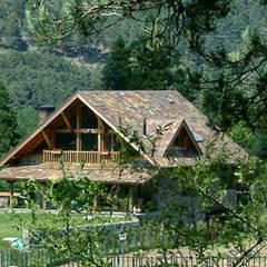 La casa entre los bosques,  de piedra y madera por Manuel Monroy en San Rafael: Casas rurales de estilo  de Manuel Monroy, arquitecto