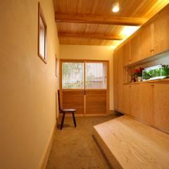 玄関 通り土間: 株式会社高野設計工房が手掛けた廊下 & 玄関です。