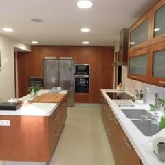 Reforma cocina con isla en Tarragona por Visaespais: Cocinas de estilo  de Visaespais, reformas y rehabilitaciones en Tarragona