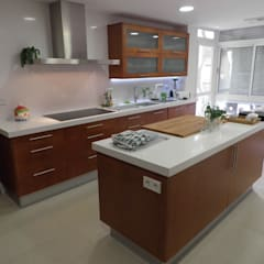 Built-in kitchens by Visaespais, reformas y rehabilitaciones en Tarragona, Classic Wood Wood effect