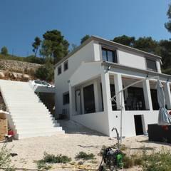 Maison induelle à Allauch: Maison individuelle de style  par MEDAH ARCHITECTURE ET ECO LOGIS