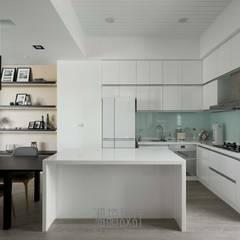 minimalistic Dining room by 湘頡設計