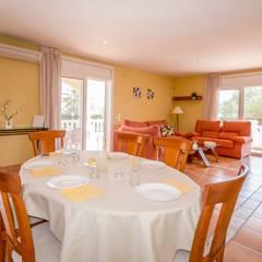 Home Staging en precioso chalet de L'Ampolla: Comedores de estilo mediterráneo de Home Staging Tarragona - Deco Interior